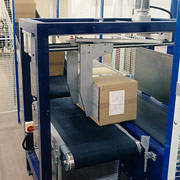 Mechanical handling system moving parcels from one conveyor to another