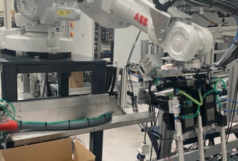 Test installation of robot and conveyor for efficiency